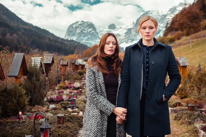 Susanne (Rosalie Thomass, rechts) wird bei der Auflösung des Falls von ihrer Lebensgefährtin Isabell (Lavinia Wilson) unterstützt (Bild: ZDF/Arvid Uhlig)