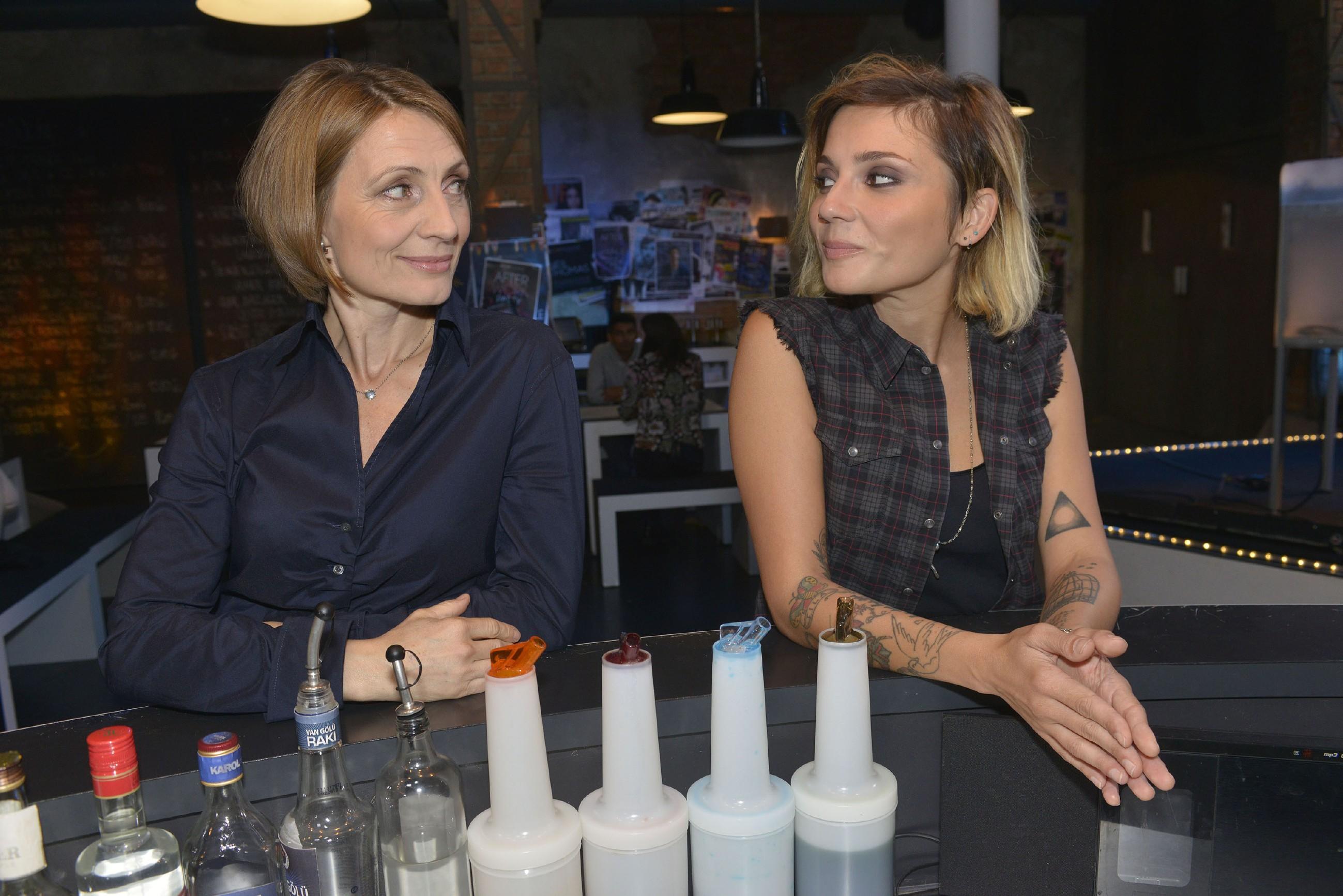 """Aktuell das wohl einzige Frauenpaar in einer deutschen Serie: Anni (Linda Marlen Runge, r.) und Rosa (Joana Schümer) in der RTL-Soap """"Gute Zeiten, schlechte Zeiten"""" (Bild: RTL / Rolf Baumgartner)"""